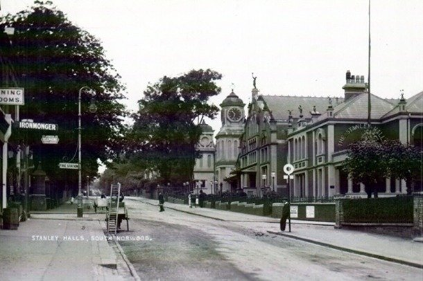 An early 20th century photograph of the Stanley Halls complex looking up the hill.